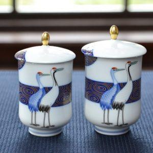 二羽の鶴が寄り添うデザインの組湯呑